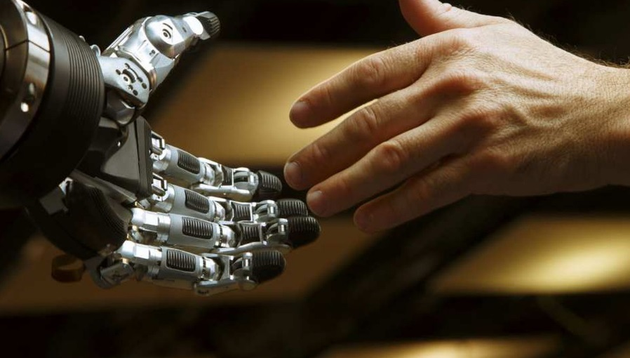 Main de robot et d'humain