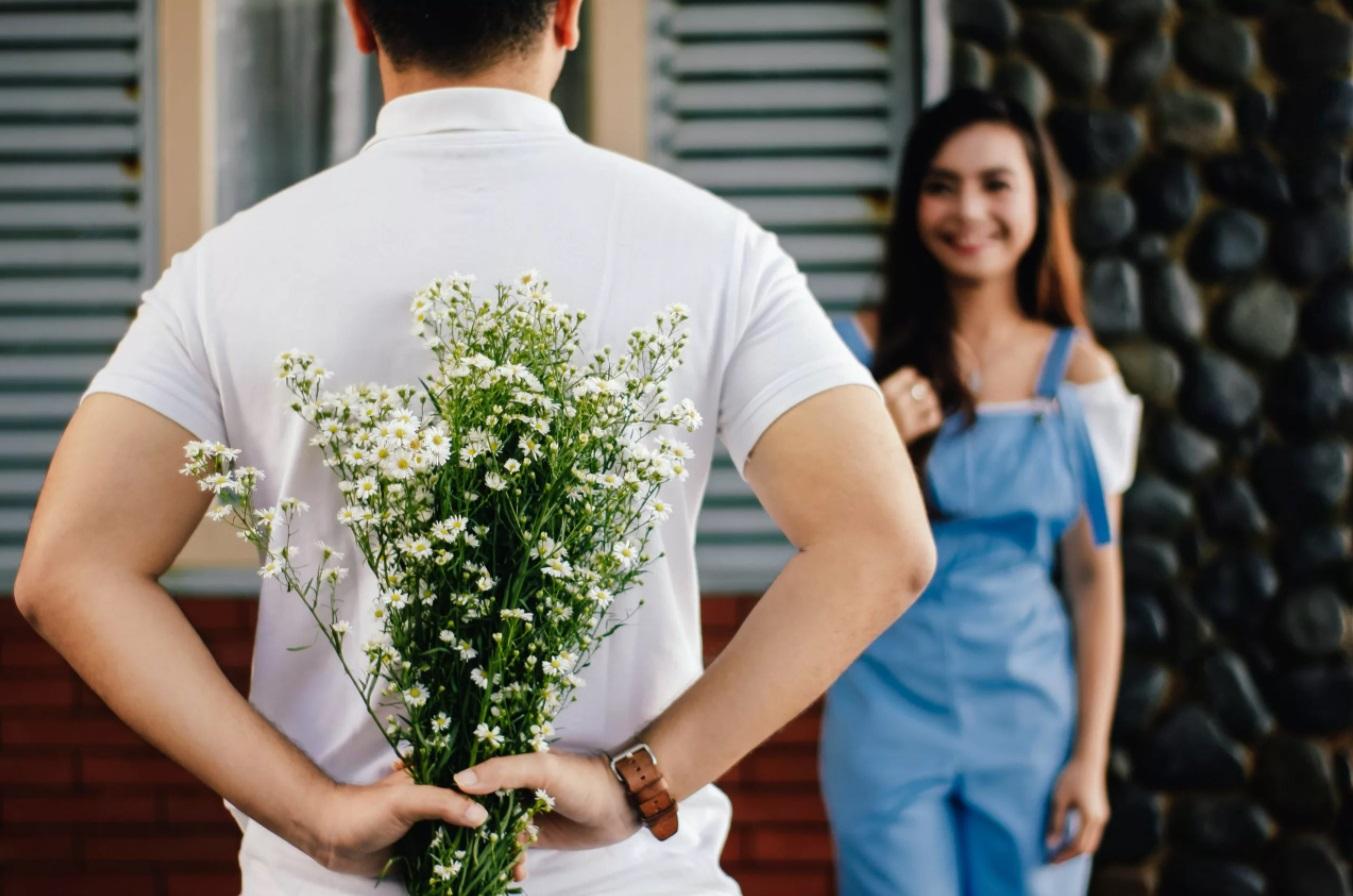 Homme avec un bouquet de fleurs pour une femme